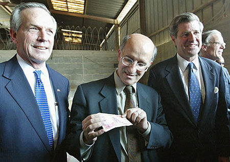 Officials look at new Iraqi currency, October 15, 2003.