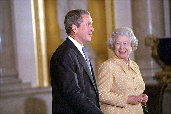 Photo President Bush And Her Majesty Queen Elizabeth At Buckingham