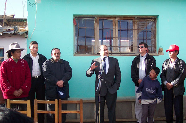 Assistant Secretary Noriega speaks at a school in El Alto, Bolivia to inaugurate a U.S.-funded gas hookup for cooking and bathing facilities for students. State Dept. Photo.