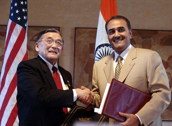 U.S. Secretary of Transportation Norman Y. Mineta and Indias Minister of State for Civil Aviation Praful Patel sign the U.S.-India Open Skies Agreement in New Delhi, India, on Thursday, April 14, 200