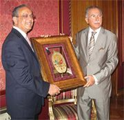 Date: 08/22/2008 Description: Cumber presents Ihsanoglu with a Florida magnolia leaf painted with the Ottoman Crest, August 22, 2008.   [Milliyet]